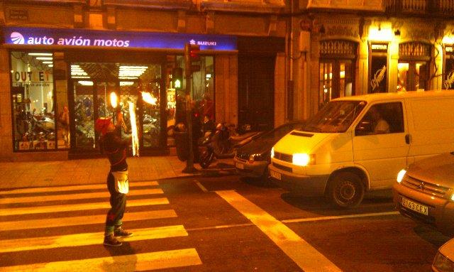 Pedigüeña haciendo juegos malabares con fuego en plena calle