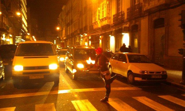 Pedigüeña finalizando su espectáculo de fuego en un semáforo de A Coruña