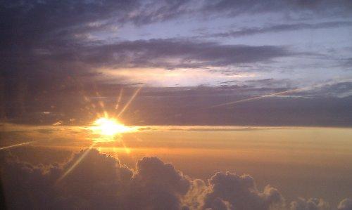 El sol siempre brilla por encima de las nubes